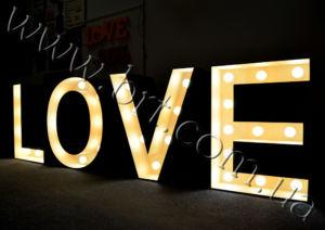буквы love с лампочками