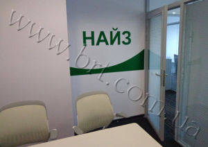 комната для переговоров с логотипом