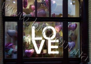 большие буквы лове в витрине магазина